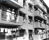 東京・北多摩地区に完成した大規模公団住宅群「ひばりが丘団地」を視察に訪れた皇太子さまと美智子さま=1960年(昭和35年)9月6日撮影