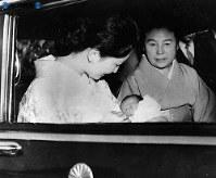 生後19日目の浩宮さまを抱いて東宮御所へ向かう美智子さま=1960年(昭和35年)3月撮影