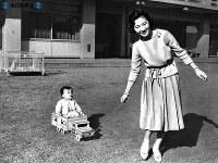 おもちゃのトラックに浩宮さまを乗せる美智子さま=1961年(昭和36年)2月撮影
