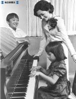 42歳の誕生日に紀宮さまのピアノを聞く美智子さま。左は礼宮さま=1976年(昭和51年)10月撮影