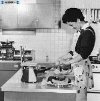 専用の台所で食事をつくるひと時=1961年(昭和36年)10月撮影