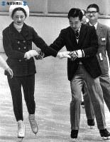 札幌国際冬季スポーツ大会(札幌プレ・オリンピック)のため訪れた札幌で、美香保屋内スケート競技場におしのびで現れ、手を取り合ってペアスケーティングに興じる皇太子さまと美智子さま=1972年(昭和47年)2月7日撮影