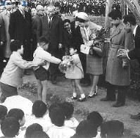 2泊3日の房総半島巡りで、地元の子供から歓迎の花束を受け取る=1964年(昭和39年)3月撮影