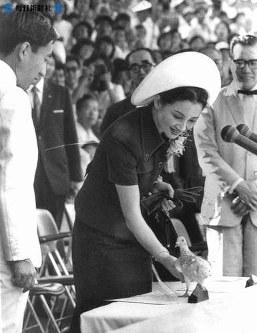三重県伊勢市で開かれた全国高校総合体育大会の総合開会式に皇太子さまと出席、放鳩式で貴賓席に迷い込んだハト1羽を保護し、机の上にそっと放つ美智子さま=1973年(昭和48年)8月1日撮影
