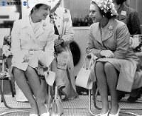 イギリスを訪問し、英女王エリザベス2世と競馬場で懇談する美智子さま=1976年(昭和51年)6月17日撮影