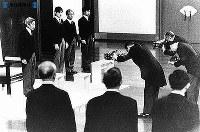 皇太子さまが即位、第125代天皇に=1989年1月7日撮影