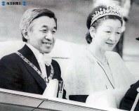 即位の祝賀パレードで手を振る両陛下=皇居正門手前で1990年(平成2年)11月12日撮影