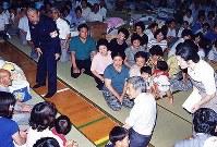 長崎県雲仙・普賢岳噴火で、島原に入られた両陛下は114世帯541人が避難する霊丘公園の仮設住宅を訪問。隣の市立総合体育館で避難生活をする住民に時には座り込まれて親しくお見舞いの言葉をかけられた=1991年(平成3年)年7月10日撮影