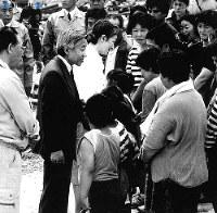 北海道南西沖地震で被害を受けた奥尻島で、避難生活をする島民に声をかける両陛下=1993年(平成5年)7月27日撮影