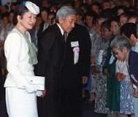 歴代天皇として初めて沖縄を訪問し、沖縄戦の沖縄県遺族連合会の代表一人一人に声をかける両陛下=沖縄県糸満市摩文仁の丘の沖縄平和祈念堂で1993年(平成5年)4月23日撮影