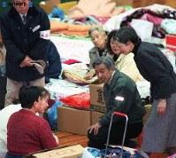 阪神大震災で兵庫県西宮市立中央体育館に避難した被災者を見舞う両陛下=1995年(平成7年)1月31日撮影