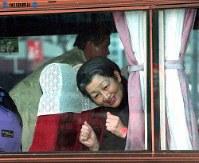 阪神大震災で神戸市長田区の菅原市場を視察後、皇后さまはバスの窓から手話で「がんばってください」と被災者たちに語りかけた=1995年(平成7年)1月31日撮影