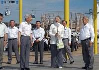 「クールビズ」姿で愛・地球博のグローバル・ループから会場を見学する両陛下=愛・地球博長久手会場で2005年(平成17年)年7月13日、片山喜久哉撮影