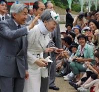 愛・地球博のカナダ館に向かう途中、入場者の歓迎に応える両陛下=愛知万博長久手会場で2005年(平成17年)年7月13日、片山喜久哉撮影