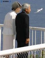 「鎮魂・慰霊の旅」でサイパン島を訪れ、多くの日本人が身を投じたスーサイド・クリフからがけ下を見つめる両陛下=サイパンで2005年(平成17年)6月28日、大西達也撮影