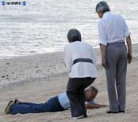 サイパン地上戦に参加した元日本兵の大池清一さんが(両陛下の前で)砂浜にほふくして米軍の射撃を避けた様子を再現。「あの時の焼けつくような砂の熱さが忘れられません」と述懐した=2005年(平成17年)6月28日、代表撮影