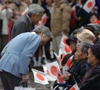 三宅島訪問の際、阿古小学校で出迎えた島民に言葉をかける両陛下=三宅島で2006年(平成18年)年3月7日、代表撮影