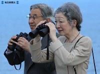 襟裳岬から植林地を眺める両陛下=北海道えりも町で2006年(平成18年)9月8日、笈田直樹撮影