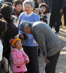 葉山御用邸で静養、海岸を散策後、子どもたちと言葉を交わす両陛下=神奈川県葉山町で2007年(平成19年)2月2日、川田雅浩撮影