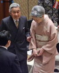 会場を出る際に皇后さまの足元を気遣う天皇陛下=東京都台東区の日本学士院で2008年(平成20年)12月8日、武市公孝撮影