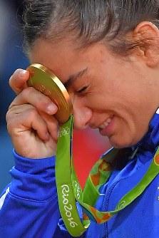 国として五輪に初参加したコソボにとって初めての金メダルを額にあて、喜ぶ柔道女子52キロ級のマイリンダ・ケルメンディ=リオデジャネイロのカリオカアリーナで2016年8月7日、和田大典撮影