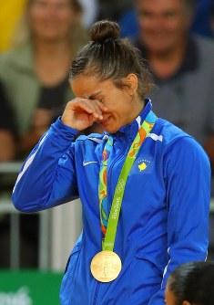 柔道女子52キロ級で優勝して金メダルを獲得し、表彰台で涙するコソボのマイリンダ・ケルメンディ=リオデジャネイロのカリオカアリーナで2016年8月7日、小川昌宏撮影