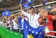 国として五輪初参加のコソボ、マイリンダ・ケルメンディの優勝を喜ぶ応援団=リオデジャネイロのカリオカアリーナで2016年8月7日、和田大典撮影