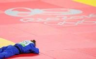 柔道女子52キロ級で優勝を決め、喜びのあまり畳に伏したまましばらく動かないコソボのマイリンダ・ケルメンディ=リオデジャネイロのカリオカアリーナで2016年8月7日、小川昌宏撮影
