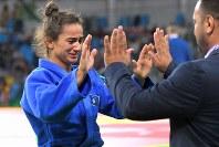 柔道女子52キロ級で優勝を決め、涙ぐみながらコーチのもとへ戻るコソボのマイリンダ・ケルメンディ=リオデジャネイロのカリオカアリーナで2016年8月7日、和田大典撮影