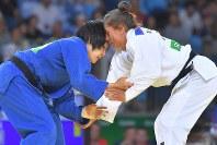 柔道女子52キロ級準決勝で攻めあう中村美里(左)とマイリンダ・ケルメンディ=リオデジャネイロのカリオカアリーナで2016年8月7日、和田大典撮影