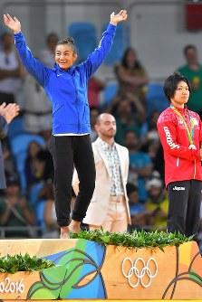 柔道女子52キロ級で優勝して表彰台に上がるコソボのマイリンダ・ケルメンディ。右は準決勝で勝利した中村美里=リオデジャネイロのカリオカアリーナで2016年8月7日、和田大典撮影