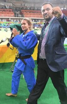 柔道女子52キロ級で優勝を決め涙ぐむマイリンダ・ケルメンディ(左)と、観客席の応援団に向かって拳を握るコーチのドリトン・クカ(右)=リオデジャネイロのカリオカアリーナで2016年8月7日、和田大典撮影