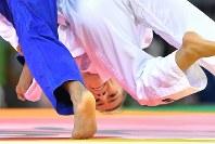 初めてコソボ代表として五輪に出場し、柔道女子52キロ級の準々決勝で攻めるマイリンダ・ケルメンディ=リオデジャネイロのカリオカアリーナで2016年8月7日、和田大典撮影