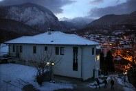 故郷ペヤの町の丘に建つ柔道場「IPPON」=コソボ共和国のペヤで2016年1月18日午後5時8分、和田大典撮影