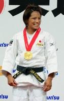 柔道世界選手権の女子57キロ級決勝で優勝し、表彰式で笑顔を見せる松本薫=国立代々木競技場第一体育館で2010年9月11日、大西岳彦撮影