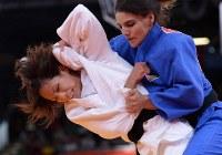 ロンドン五輪の柔道女子57キロ級2回戦を突破した松本(左)=英国・ロンドンのエクセルで2012年7月30日、西本勝撮影