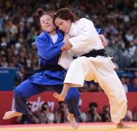 ロンドン五輪の柔道女子57キロ級で優勝した松本薫(右)=英国・ロンドンのエクセルで2012年7月30日、西本勝撮影