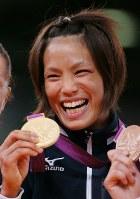 ロンドン五輪の柔道女子57キロ級で金メダルを手にする松本薫=英国・ロンドンのエクセルで2012年7月30日、森田剛史撮影