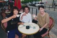 2011年8月に世界選手権が行われたパリのカフェでリラックスした表情の松本薫(左)と母恵美子さん(右)と父賢二さん。「強くなって海外に連れて行く」は母との約束だった=家族提供