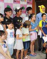 香川県三木町の筒井敏行町長(右端)と記念写真を撮る子供ら=同町役場の町長室で、玉木達也撮影