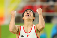 Kenzo Shirai raises his fists with a smile after finishing his performance on the floor at the Rio Olympics at the Rio Olympic Arena in Rio de Janeiro on Aug. 8, 2016. (Mainichi)