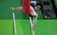 Ryohei Kato performs on the parallel bars at the Rio Olympics at the Rio Olympic Arena in Rio de Janeiro on Aug. 8, 2016. (Mainichi)