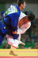 Japan's Shohei Ono, right, scores a winning ippon against Rustam Orujov of Azerbaijan in the men's 73-kilogram judo title match at the Rio de Janeiro Olympics, at Carioca Arena in Rio de Janeiro on Aug. 8, 2016. (Mainichi)