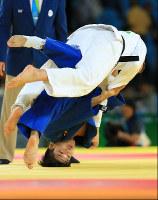 Shohei Ono attacks Belgium's Dirk Van Tichelt, top, during the men's 73-kilogram judo semifinal at the Rio Summer Games, at Carioca Arena in Rio de Janeiro on Aug. 8, 2016. (Mainichi)