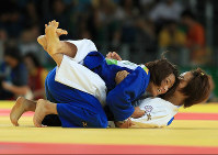 Kaori Matsumoto, left, wins a point from Taiwan's Lien Chen-Ling during their bronze medal bout in the women's 57-kilogram judo at the Rio Summer Games, at Carioca Arena in Rio de Janeiro on Aug. 8, 2016. (Mainichi)