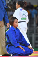 柔道女子57キロ級準決勝でドルジスレン・スミヤ(奥)に一本をとられた松本薫=リオデジャネイロのカリオカアリーナで2016年8月8日、和田大典撮影
