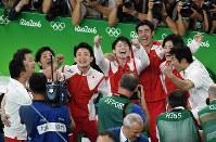 体操男子団体総合で金メダルを獲得し、喜ぶ内村航平(中央)ら日本の選手たち=リオデジャネイロのリオ五輪アリーナで2016年8月8日、三浦博之撮影