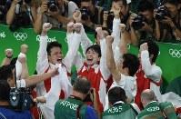体操男子団体総合で金メダルを獲得し、喜ぶ内村航平(中央)ら=リオデジャネイロのリオ五輪アリーナで2016年8月8日、三浦博之撮影