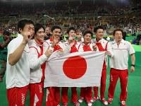 体操男子団体で金メダルを決め、喜び合う内村航平(中央)ら日本チーム=リオデジャネイロのリオ五輪アリーナで2016年8月8日、小川昌宏撮影