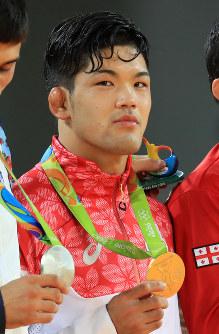 柔道男子73キロ級の表彰台、金メダルを手にする大野将平=リオデジャネイロのカリオカアリーナで2016年8月8日、梅村直承撮影